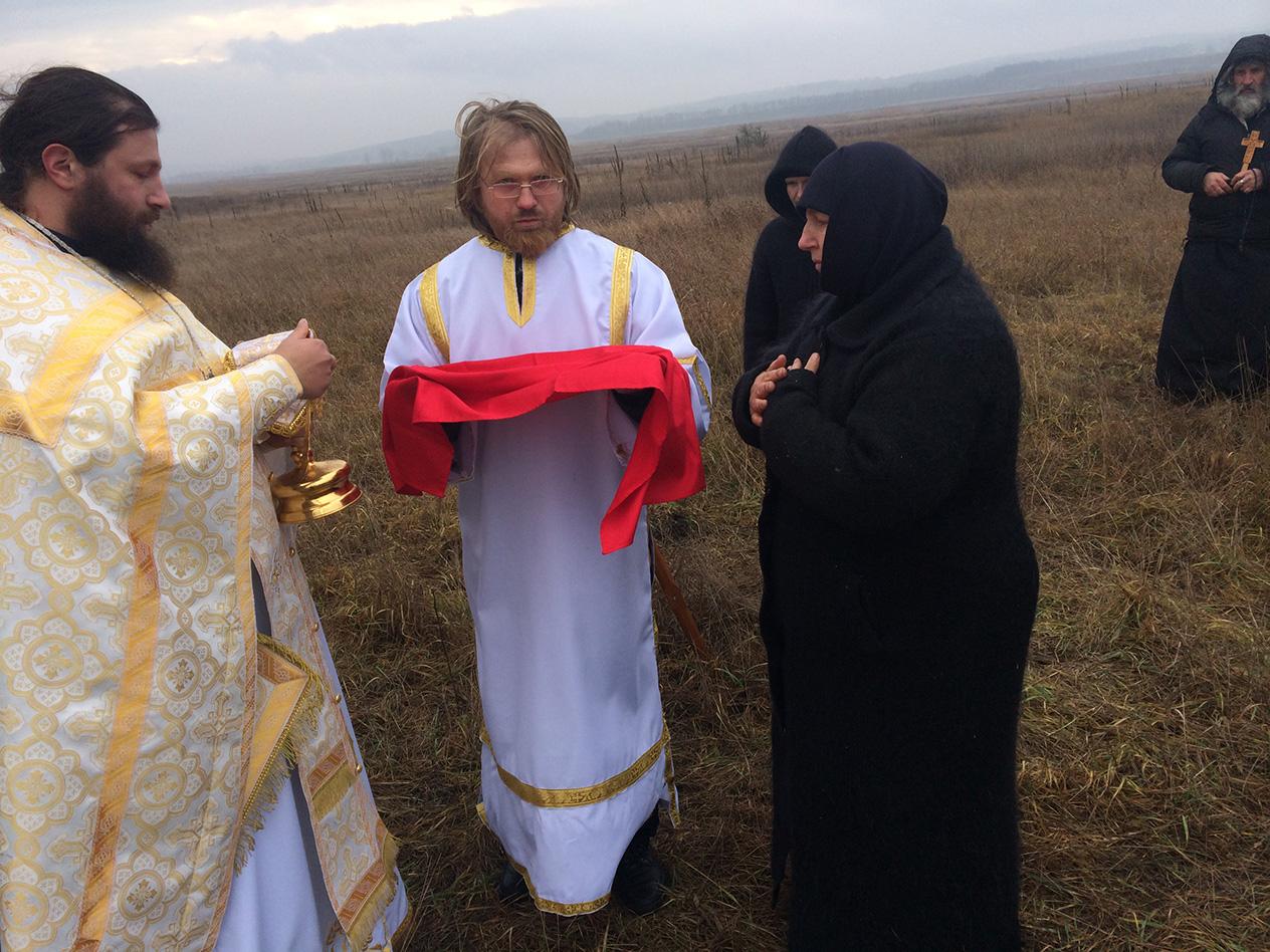 Монастир у полі